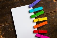 与五颜六色的夹子的白色空插件 免版税库存照片