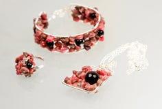 与五颜六色的宝石的银色珠宝 免版税图库摄影