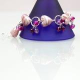 与五颜六色的宝石的银色珠宝 免版税库存照片