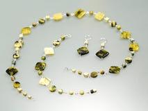 与五颜六色的宝石的银色珠宝 库存照片