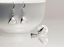 与五颜六色的宝石的银色珠宝 库存图片