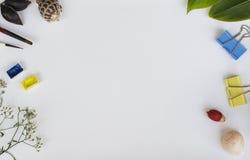 与五颜六色的对象的白色背景 白纸与花卉装饰和文本地方的横幅模板 库存照片