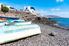与五颜六色的小船的美好的风景在Playa布朗卡的,兰萨罗特岛,加那利群岛,西班牙一个港口 库存图片
