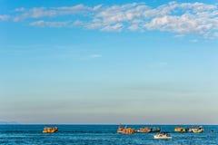 与五颜六色的小船的风景 库存图片