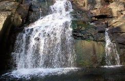 与五颜六色的岩石的瀑布 库存图片