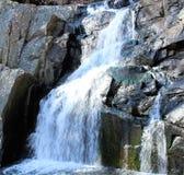 与五颜六色的岩石的瀑布 免版税库存照片