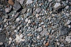 与五颜六色的岩石的石渣 库存图片