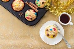 与五颜六色的巧克力片和一个杯子的松饼红茶 去 免版税库存图片
