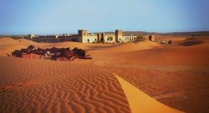与五颜六色的帐篷一个阿拉伯阵营的摩洛哥沙漠风景  库存图片