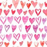 与五颜六色的心脏-桃红色浪漫色彩的无缝的水彩样式  库存照片