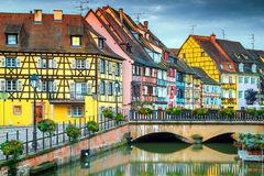 与五颜六色的房子和花,科尔马,法国的意想不到的浪漫都市风景 免版税库存照片