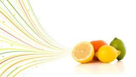 与五颜六色的抽象线的健康热带水果 图库摄影