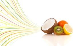 与五颜六色的抽象线的健康热带水果 库存图片