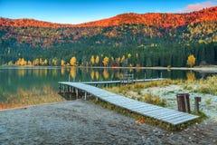 与五颜六色的日出, St阿那湖,特兰西瓦尼亚,罗马尼亚的秋天风景 免版税图库摄影