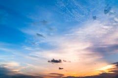 与五颜六色的日落和云彩的暮色天空 免版税库存照片