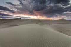 与五颜六色的日落的美好的沙漠风景 库存照片