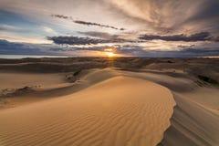 与五颜六色的日落的美好的沙漠风景 免版税库存图片