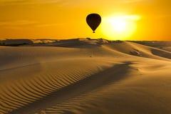 与五颜六色的日落的美好的沙漠风景 库存图片