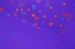 与五颜六色的星的紫色背景 皇族释放例证