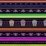 与五颜六色的条纹和卡特里纳` s头骨的无缝的种族墨西哥织品样式 库存图片