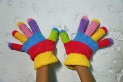 与五颜六色的条纹的被编织的儿童的手套 库存照片
