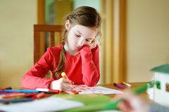 画与五颜六色的标志的逗人喜爱的小女孩一张图片 免版税库存图片