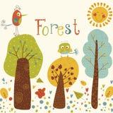 与五颜六色的树和鸟的逗人喜爱的传染媒介背景 有鸟和太阳的动画片森林 明亮的自然本底 室外浓缩 免版税图库摄影