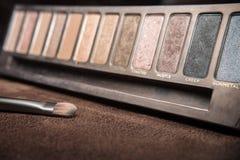 与五颜六色的树荫粉末的化妆刷子 免版税库存照片