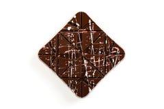 与五颜六色的桃红色的豪华手工制造巧克力块飞溅 免版税库存照片