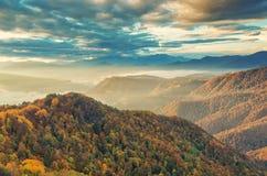 与五颜六色的森林俄罗斯, Lago Naki的山秋天风景 免版税图库摄影
