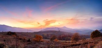 与五颜六色的森林的山秋天日落全景风景 免版税库存照片