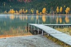 与五颜六色的森林, St阿那湖,特兰西瓦尼亚,罗马尼亚,欧洲的秋天风景 库存图片