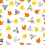与五颜六色的槭树叶子和黑三角的无缝的样式 库存照片