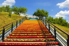 与五颜六色的步的楼梯,以彩虹的形式 图库摄影