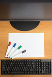 与五颜六色的毛毡笔标志的白皮书 免版税库存照片