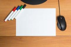 与五颜六色的毛毡笔标志的白皮书 免版税库存图片