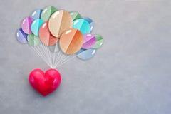 与五颜六色的气球的红色心脏形状飞行 库存图片