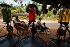 与五颜六色的汽油显示的柬埔寨加油站 图库摄影