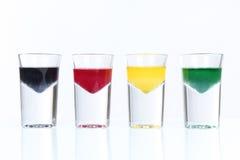 与五颜六色的液体的小玻璃 库存图片