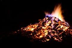 与五颜六色的火焰的美丽的炽热炙热的余烬堆在冬天 库存照片