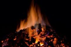 与五颜六色的火焰的美丽的炽热炙热的余烬堆在冬天 库存图片