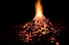 与五颜六色的火焰的美丽的炽热炙热的余烬堆 图库摄影