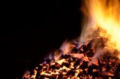 与五颜六色的火焰的美丽的炽热炙热的余烬堆 库存图片