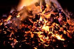 与五颜六色的火焰的美丽的炽热炙热的余烬堆 库存照片