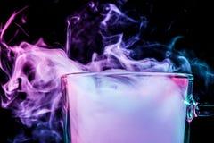 与五颜六色的烟的一块玻璃 免版税库存图片