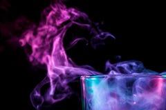 与五颜六色的烟的一块玻璃 库存图片
