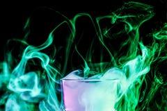 与五颜六色的烟的一块玻璃 免版税库存照片