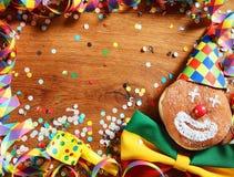 与五颜六色的狂欢节项目的木表 免版税库存照片