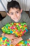 与五颜六色的玉米玩具的微笑的孩子playng 免版税库存图片