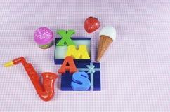与五颜六色的玩具的圣诞节装饰 库存图片